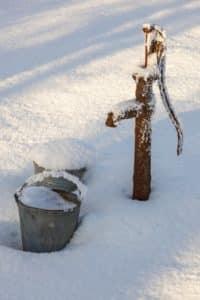 Gartenpumpe im Winter, eingefroren